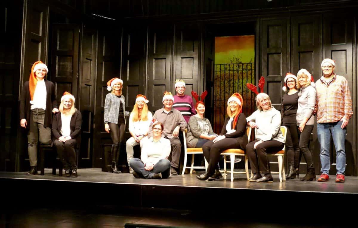 Das Team aus dem Comoedienhaus in weihnachtlichem Outfit auf der Bühne des kleinen Barocktheaters