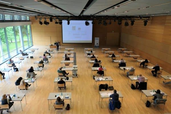 Seminarsituation - Corona-bedingt sitzen die Teilnehmer weit auseiandner