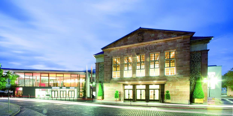 Congress Park Hanau im blauen Licht