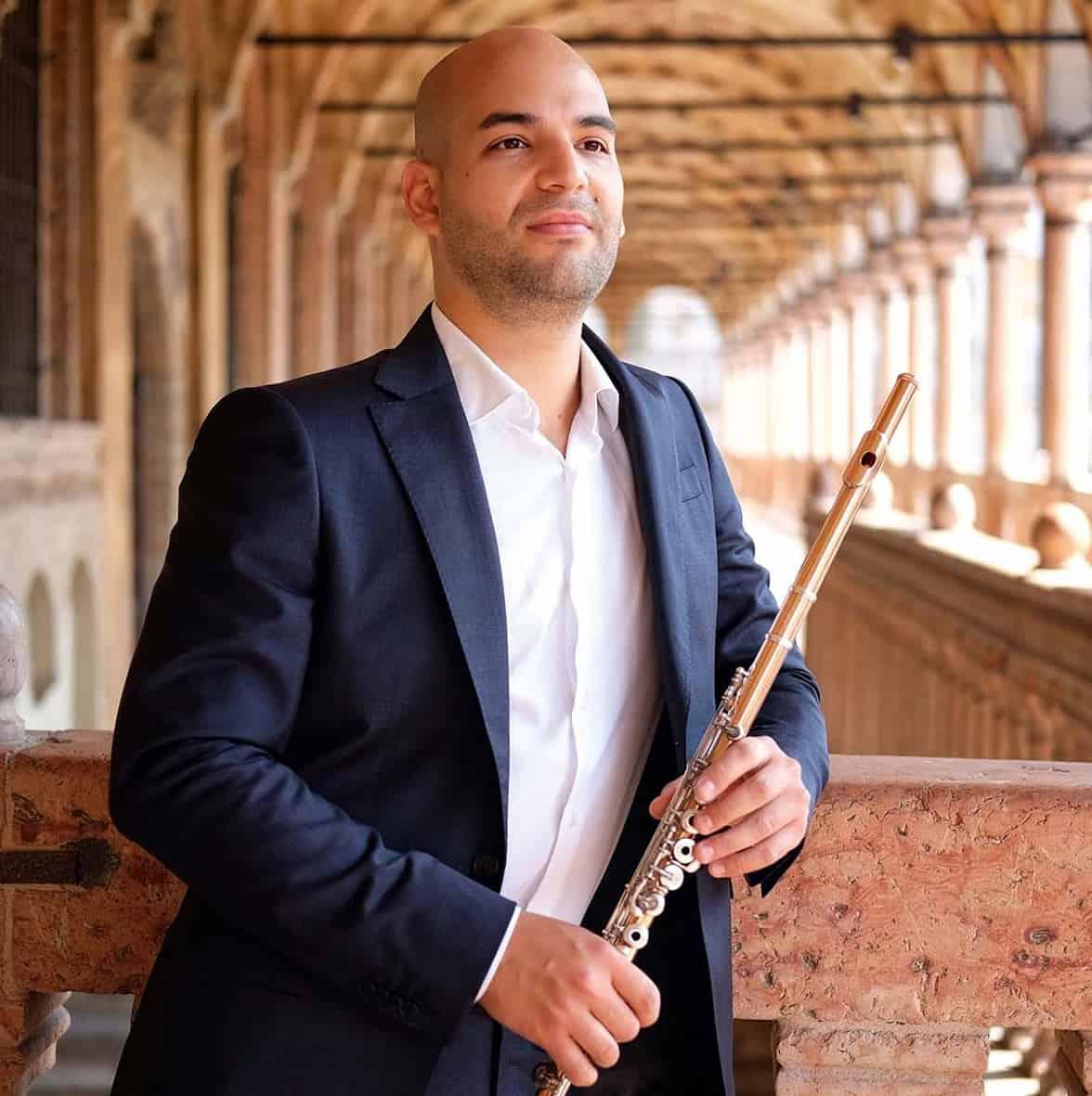 Soloflötist Elya Levin mit Instrument